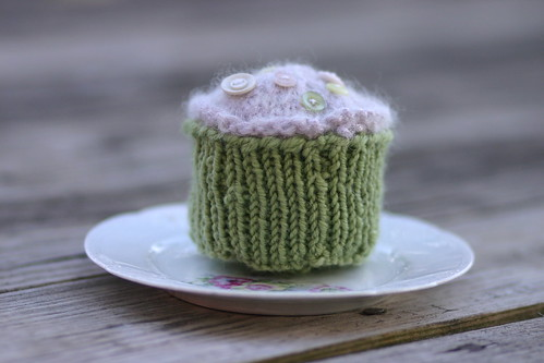Knitted cupcake by ReginaLC