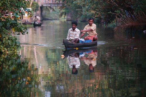 Durch den kleinen Kanal kommen nur Einbäume in die Lagune. Es wird ein anderer Reisender transportiert.