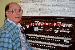 electronic device(0.0), musician(1.0), musical keyboard(1.0), keyboard(1.0), organist(1.0), organ(1.0), electronic instrument(1.0),