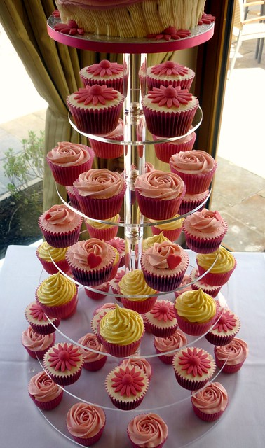These are some lovely cupcakes made for the wedding of Niki and Gary