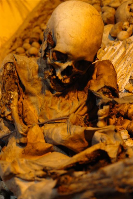 Cuerpo aún con ropajes Évora, y su siniestra Capilla de los Huesos - 3306020155 67f5ef807e o - Évora, y su siniestra Capilla de los Huesos