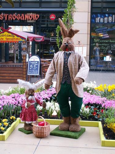Ostern auf das alte Buch gesenkt im WTC Dresden ist sammetgrün die Wiese aufgegangen der Frühling zieht leuchtend über das Land, die Lerchen jauchzen, und die Knospen springen 004_2