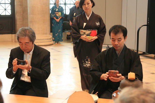 Hosokawa Morihiro drinks tea with Sen So-oku