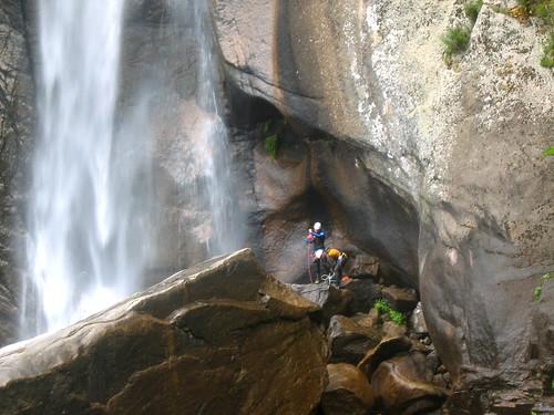 La cascade de Piscia di Ghjalgu : deux canyoneurs venant de rappeler leur corde
