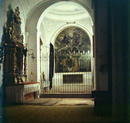 Cuadro del Entierro del Señor de Orgaz, del Greco, en la Iglesia de Santo Tomé de Toledo. Autocromo tomado hacia 1913
