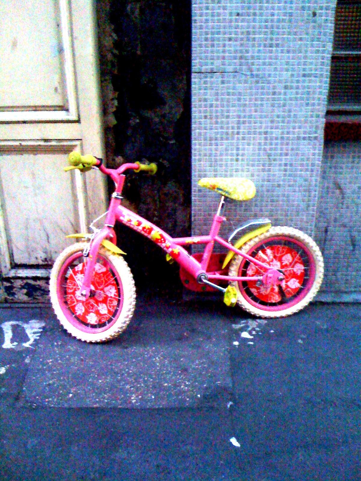 la bicyclette rose une bicyclette rose abandonn e sur un flickr photo sharing. Black Bedroom Furniture Sets. Home Design Ideas