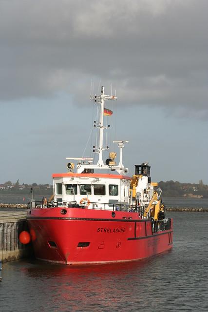 Gewässerüberwachungs- und Ölfangschiff