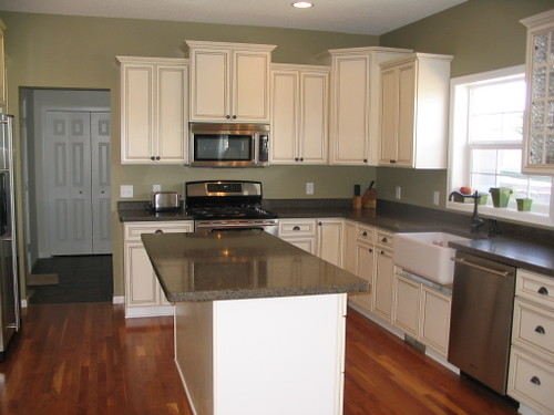 Real homes sage green kitchen ellen kennon 39 s edgewood - What goes with light green ...