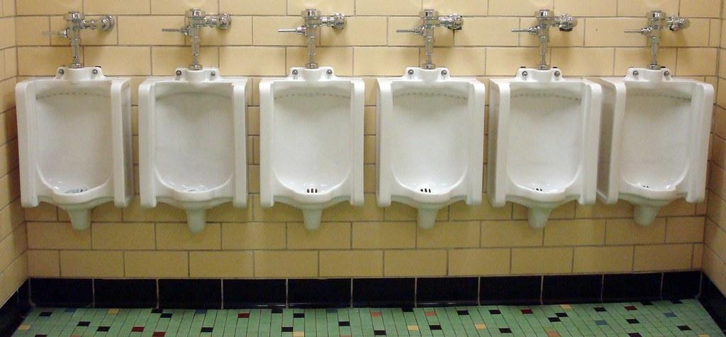 Num banheiro público como esse, qual é a melhor opção para se aliviar de maneira discreta? [Imagem: Svadilfari via VisualHunt / CC BY-ND]