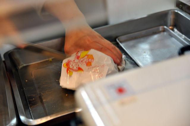 酥香閣-正在切成一半的夾心豬排