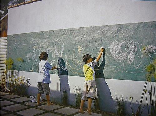 Pintura pizarra tambi n en el jard n o el patio - Pared pizarra ninos ...
