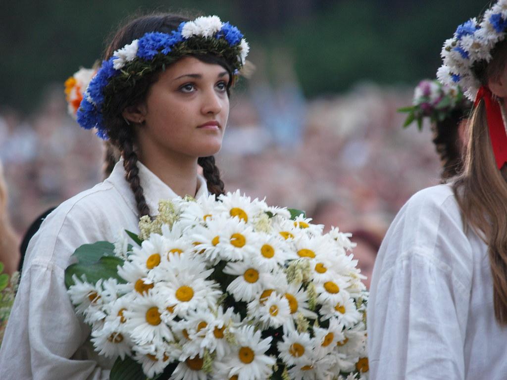 Bouquet et couronne de fleurs pendant le festival de chant à Riga - Photo de Dainis Matisons