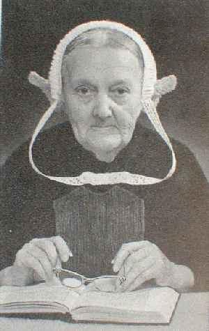 Maatje Vos - van den Berg , born in 1879 in Middelharnis in the Netherlands on the then island of Goeree-Overflakkee