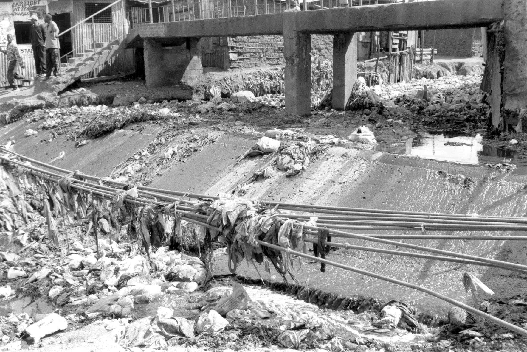 Kibera - Nairobi river bridge- junk B&W (June 2003)