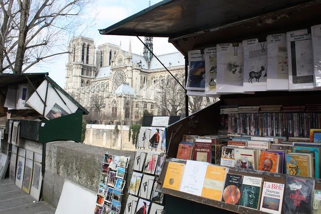 Libreros frente a Notre Dame