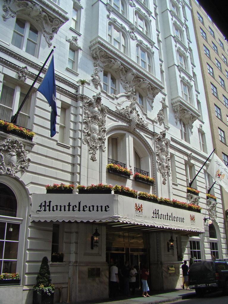 DSC06343 Hotel Monteleone front door