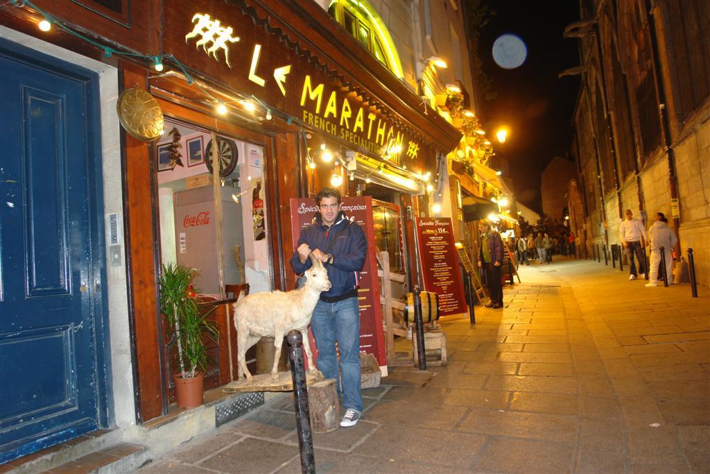 Yo en la puerta de un curioso restaurante un paseo por el parisino latin quarter - 3331137360 5fcda4cb82 o - Un paseo por el parisino Latin Quarter