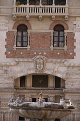 Quartiere coppedè (Roma): fontana delle rane, palazzo del ragno e maschera