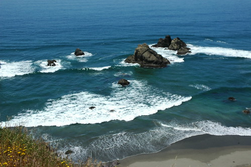 Islets with waves breaking in the beautiful turquoise Pacific Ocean, north of Fort Bragg, California, USA by Wonderlane