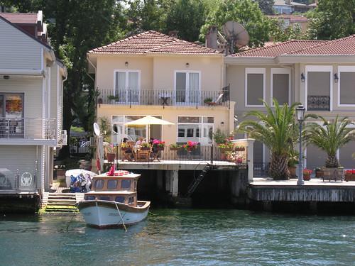 Boszporusz-parti faházak. Ahol biztosak lehetnek az állandó vízszintben.