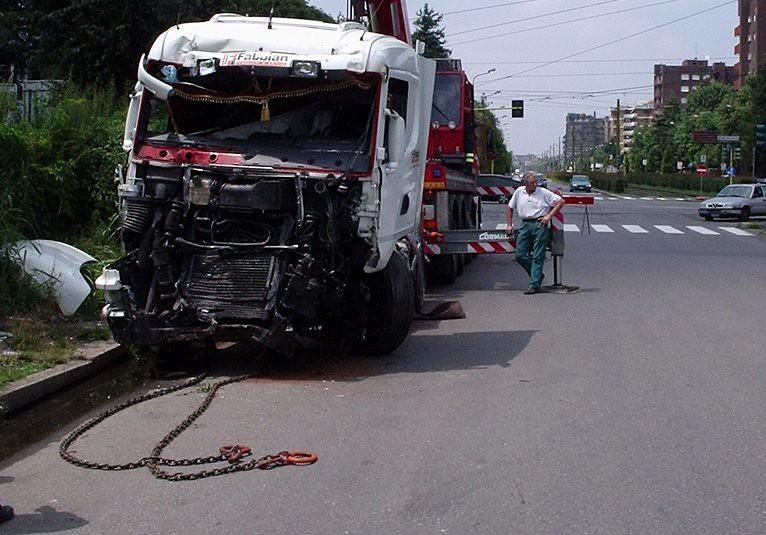 incidente stradale alla periferia di Milano, il camion è uscito di strada.