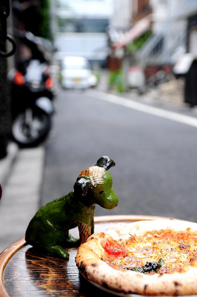 聖林館-門口外看披薩的小狗