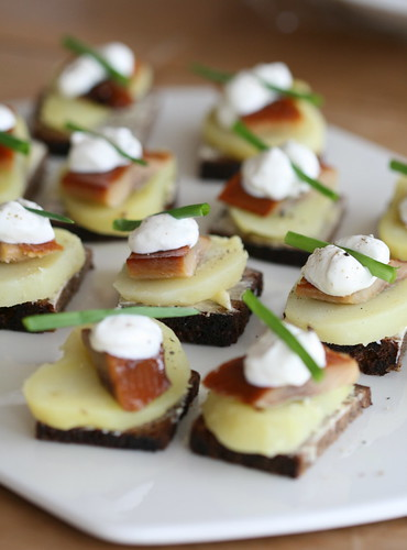 Nami nami a food blog smoked herring and rye bread canap s for Canape appetizers