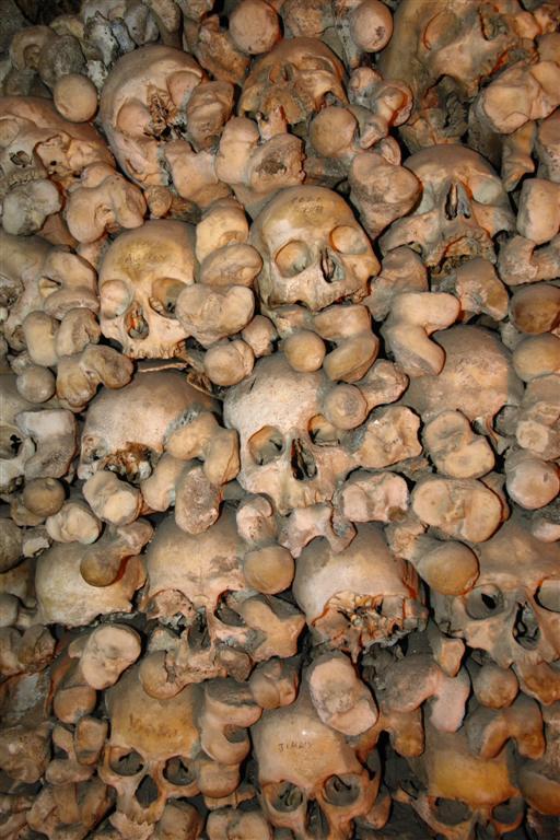 Paredes de cráneos y otros huesos en la capilla Évora, y su siniestra Capilla de los Huesos - 3306019687 e58628ab7d o - Évora, y su siniestra Capilla de los Huesos