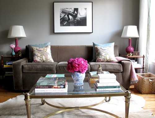 [Real Homes] Neutral living room + pink accents: Modern femininity + symmetry