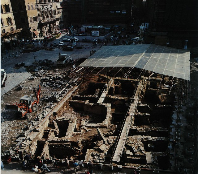 """<a href=""""https://www.flickr.com/photos/portaleragazzi/3234610706"""" > Fotografia dello scavo archeologico di piazza della Signoria</a>"""