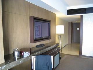 アルティラマカオホテル ウオーターフロントビュー・ルーム テレビと入り口方向