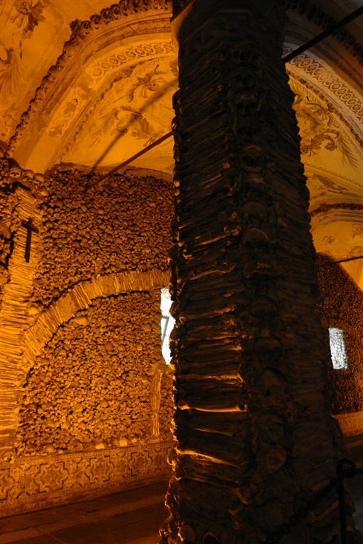Columnas forradas con huesos Évora, y su siniestra Capilla de los Huesos - 3306850314 055bc12aed o - Évora, y su siniestra Capilla de los Huesos