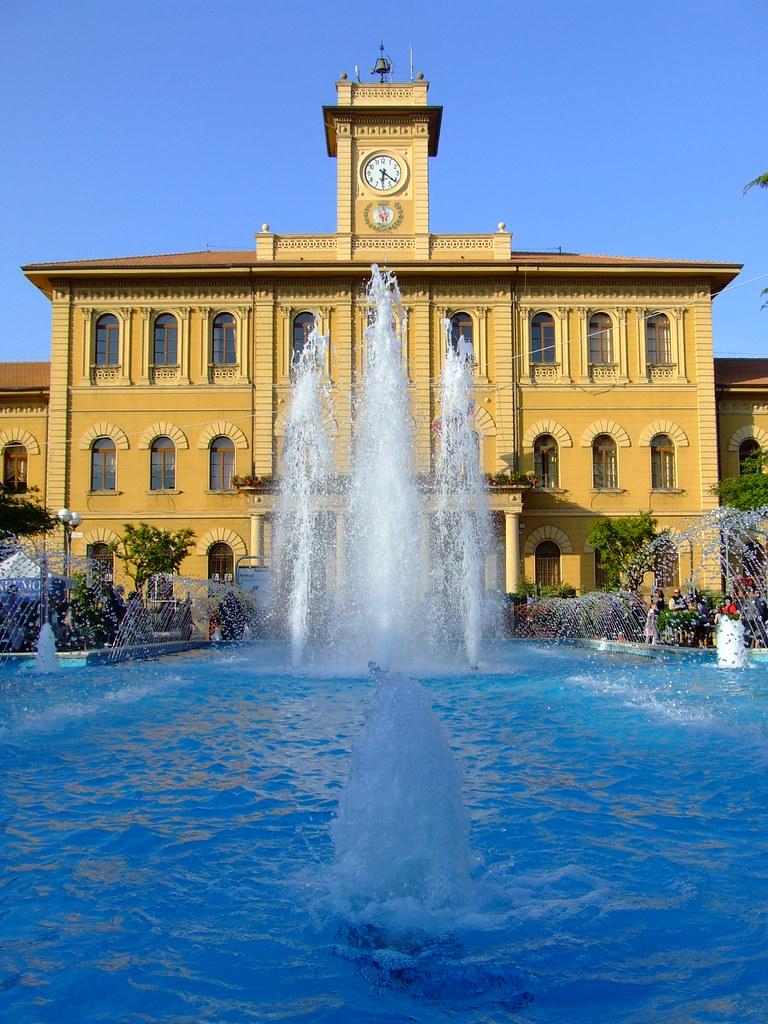 """Municipio di Cattolica con Fontana """"olimpionica"""""""