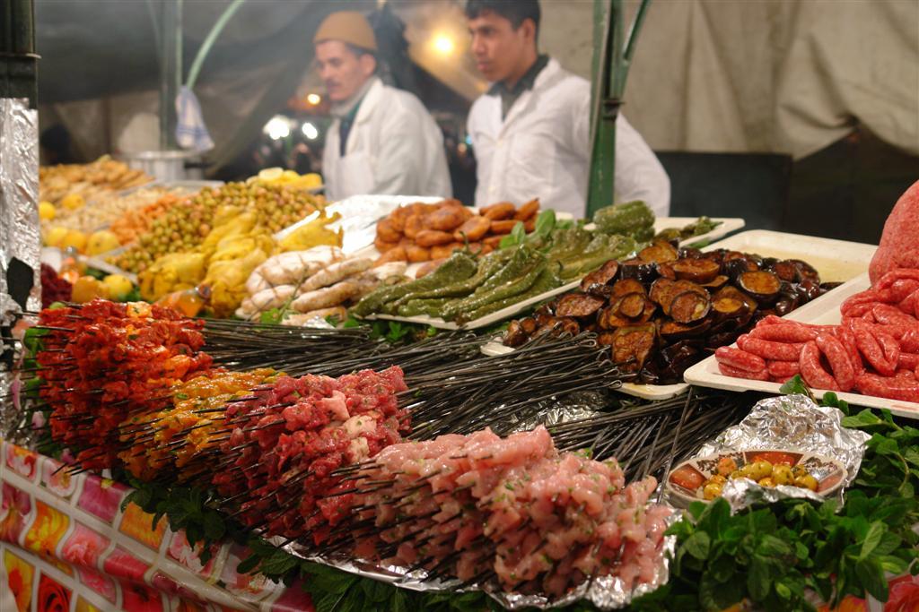 Puesto de exquisita comida a la plancha donde puedes degustar carnes y verduras a la plancha