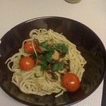 Spaghetti pesto with tomato mushroom and basil