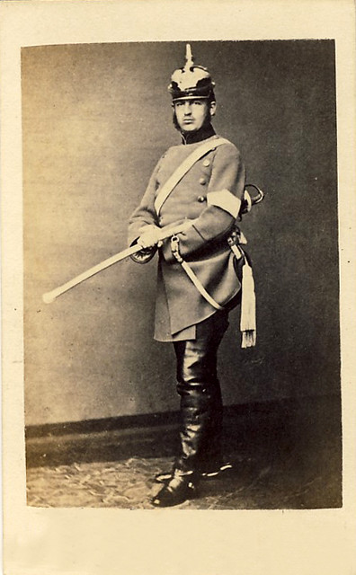 Első román király még német kadét 1864-ben. Karl Hettingen álneven lopozik be Romániaba 1866 Majusában felveszi Carol I román uralkodói nevet. Francia nyelven leteszi a románoknak az eskűt