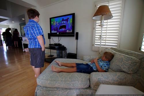 kids watching cartoons   after wedding brunch    MG 3257