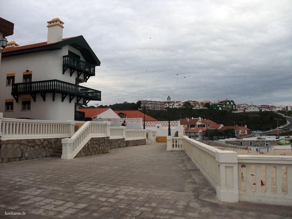 Ces constructions, ressemblantes aux châlets, sont typiques de São Pedro de Moel. Les murs, comme ailleurs dans ce pays, sont blancs, réhaussés de couleurs vives.