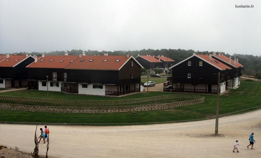 Maisons modernes de la Plage de Tocha. Elles reprennent le style des anciennes petites maisons de bois des pêcheurs de la région.