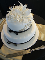 wedding ceremony supply(0.0), chocolate cake(0.0), icing(0.0), torte(0.0), cake(1.0), flower(1.0), buttercream(1.0), white(1.0), fondant(1.0), whipped cream(1.0), sugar paste(1.0), food(1.0), cake decorating(1.0), birthday cake(1.0), wedding cake(1.0), cuisine(1.0),