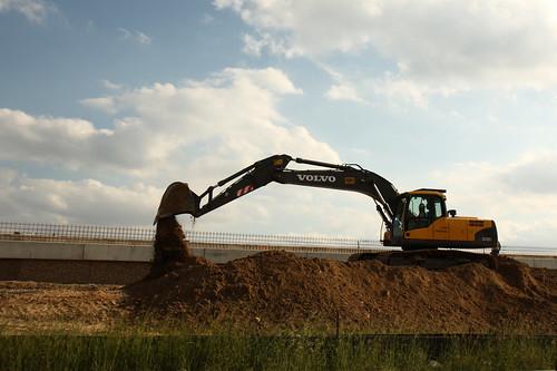 bucket construction machinery dirt freeway tollway dumping beltway earthmoving hiwi canonefs1755mmf28isusm img7889 houstonitsworthit assignmenthouston40 20afflictions theconstruction