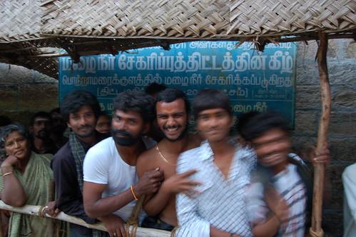 Auf Eintritt in den Tempel warten die Pilger am Meenaski Tempel