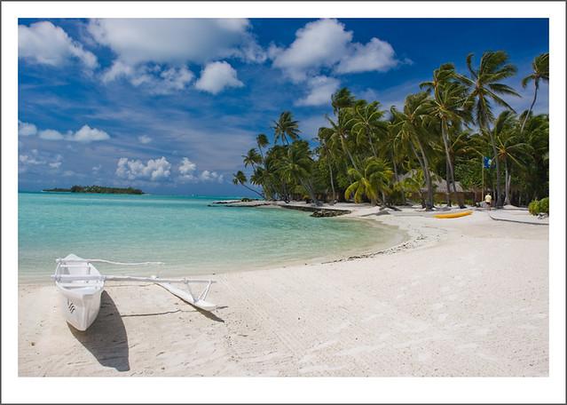Una canoa en la playa de Bora Bora / A canoe in Bora Bora beach