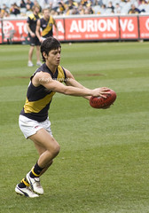 ball(0.0), tackle(0.0), football(0.0), pitch(0.0), women's football(0.0), australian rules football(1.0), football player(1.0), championship(1.0), kick(1.0), sports(1.0), team sport(1.0), player(1.0), rugby sevens(1.0), ball game(1.0), stadium(1.0), athlete(1.0), tournament(1.0),