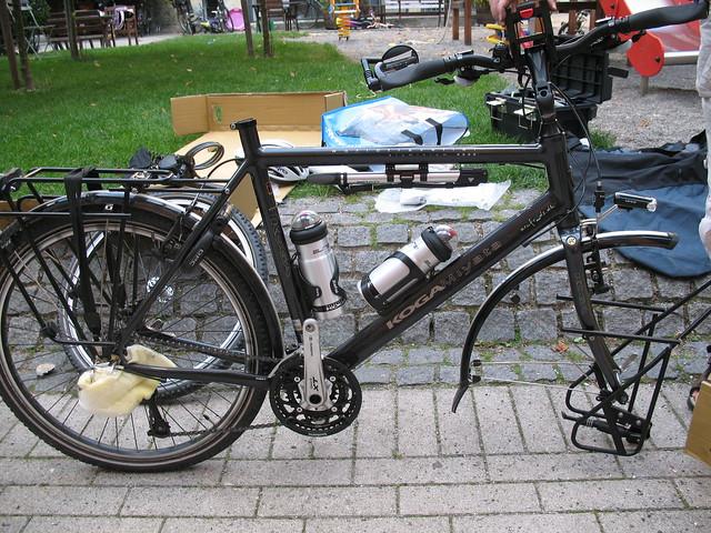 Skrællet cykel, klar til papkassen