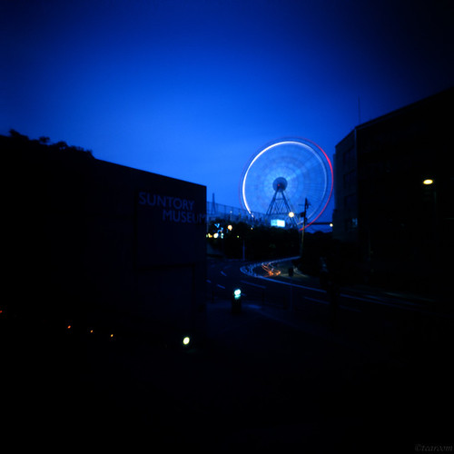 I watch a Ferris wheel in front of Suntory museum