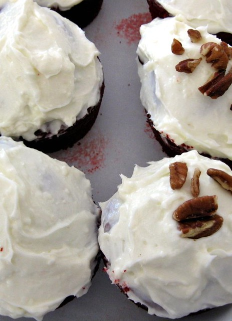 red velvet cupcakes w/ buttermilk frosting