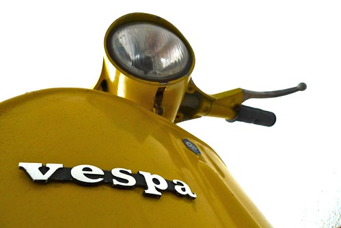 Vespa amarela by Hugo Leão - www.wbox.pt