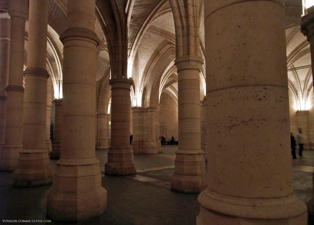 Piliers massifs, nous rappelant bien que nous parlons de l'architecture médiévale, ici.
