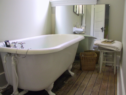 East vancouver apartment bathroom with clawfoot tub for Bathrooms r us vancouver